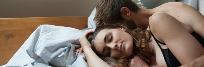Bild von Paar, das im Bett kuschelt