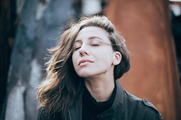 Wie Meditation Dein Sexleben revolutioniert - Closeup auf ein entspanntes Gesicht mit geschlossenen Augen